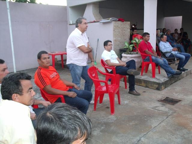 Adriano, sem sentar um minuto se quer, atento ouve as opiniões dos companheiros - Foto Celso Antunes