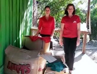 Rubiana e Wânia, entregando caixas de material - Assessoria
