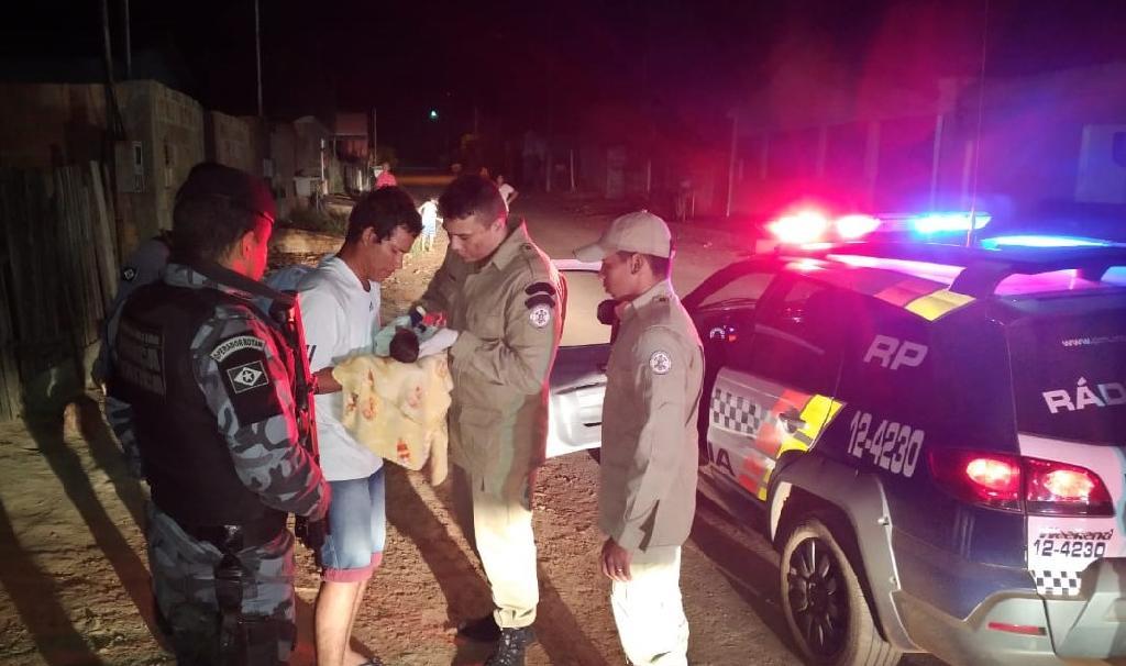 Policiais Militares e a família entregando a criança aos bombeiros depois de reanimar o bebê. - Foto por: Divulgação PMMT