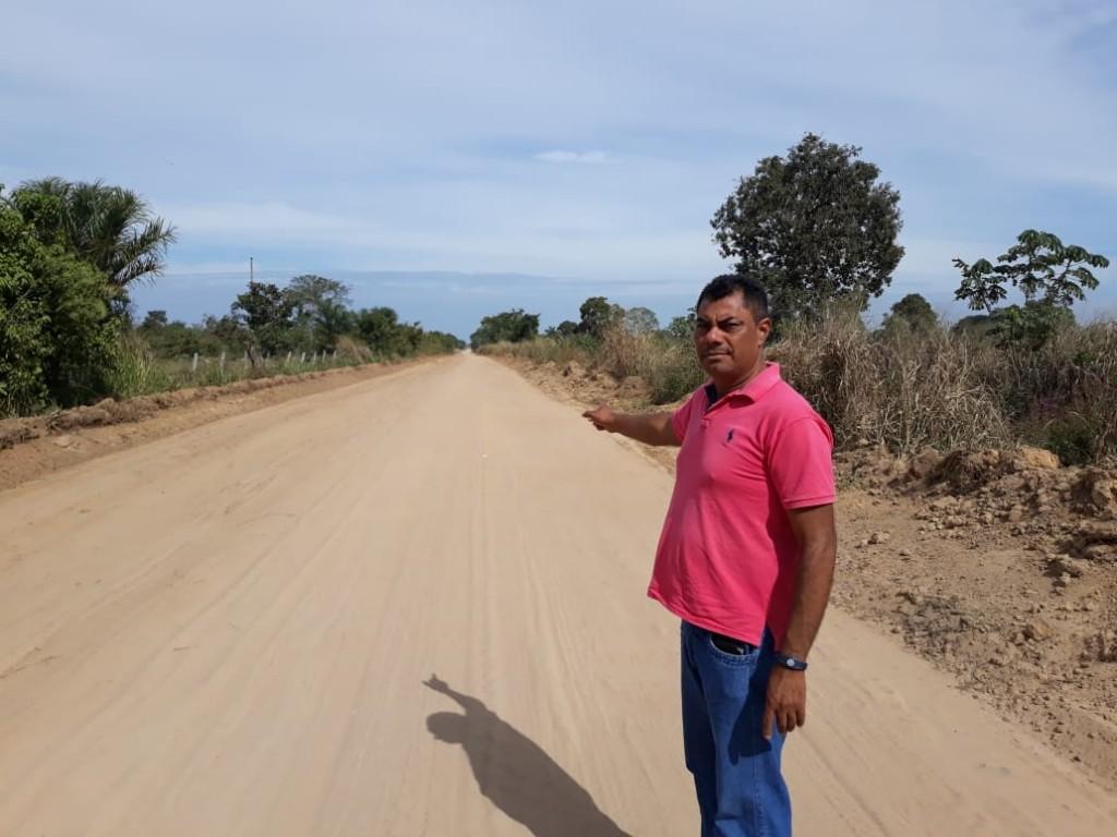 O Parlamentar Elias Pereira aponta a melhoria da estrada que, antes de difícil trafegabilidade - Arquivo Pessoal