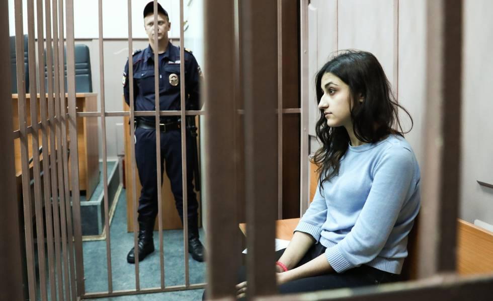 Krestina Khachaturian, uma das irmãs acusadas de matar seu pai, em uma das audiências judiciais em Moscou, em setembro. STANISLAV KRASILNIKOV (TASS)