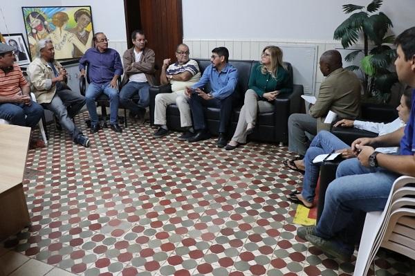 Júnior Trindade dá explicações aos Vereadores e aos Artistas Plásticos - Foto Felipe Deliberaes